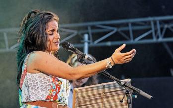 La Réunion en lèr lors de l'ouverture des Vieilles Charrues, grâce à Maya Kamaty