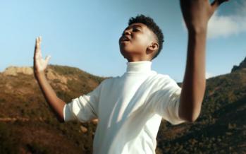 Soan dévoile le clip de son premier single, «La cigale et la fourmi»